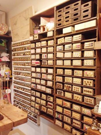注目すべきは、なんといってもボタン!オーナーが旅先で買い付けたボタンやドイツ・チェコ・フランスなどヨーロッパのバザールや蚤の市で見つけたボタン、デットストックの日本のボタンなど、世界中からコレクションした希少なボタンたちがたくさん並んでいます!