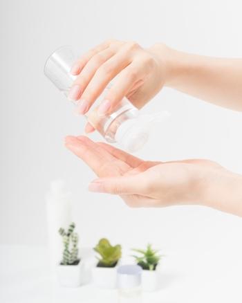 化粧水は、毛穴の収れん効果のあるさっぱりとしたタイプのものがお勧め。クリームも、こっくりしたものよりはゲルのように水分を多く含むものがよいでしょう。