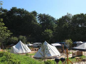 こんな大きなテントのグランピング施設もあります。テントのまわりに炊事場やダイニングなどが揃っていますよ。