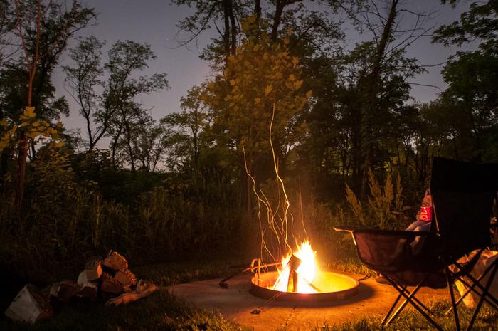 テントサイトのグランピングなら、ディナーの後にたき火を楽しむのもいいですね。食事のあとはゆらめく炎を眺めながらゆったりリラックス♪