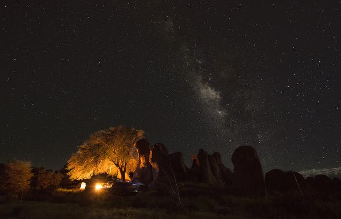 大きな懐の大自然も夜はまた別の表情に。静寂と満点の星空を眺めながら、日頃の自分を見つめなおしてみたりして。