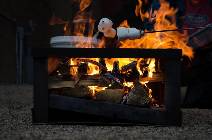 """たき火でできる簡単スイーツが""""焼きマシュマロ""""。マシュマロを串や木の枝にさして焼けば外はこんがり、中はとろ~っ。甘くて楽しいひとときを。"""