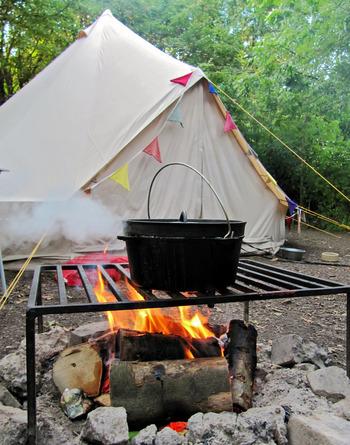 """グランピングとは、魅惑的なという意味の""""グラマラス(glamorous)""""と""""キャンピング(camping)""""を合わせた造語です。 いつものキャンプよりも、過ごす時間の使い方や泊まるところなどワンランクUPした""""贅沢なキャンプ""""のことをいいます。"""