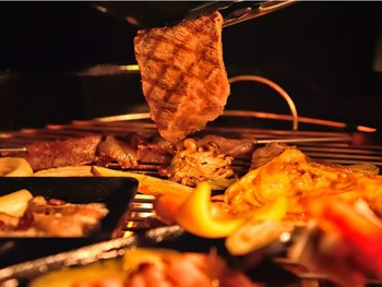 大自然のなかでいただくバーベキュー。美味しいご馳走を心ゆくまで味わえるなんて、至福のひと時ですね。