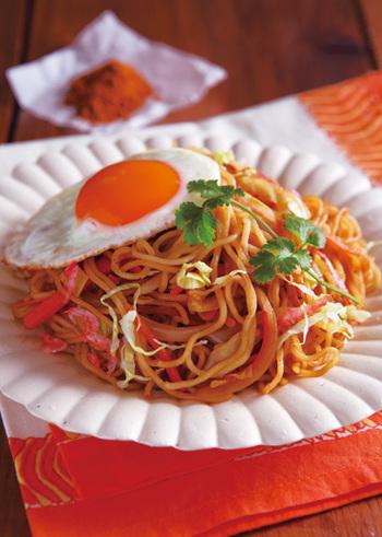 インド料理によく使われるミックススパイス「ガラムマサラ」を使用した、エスニック風の焼きそば。ガラムマサラのスパイシーな辛味と香りが、食欲をそそります。半熟の目玉焼きを絡めると、まろやかな味わいも楽しめます。