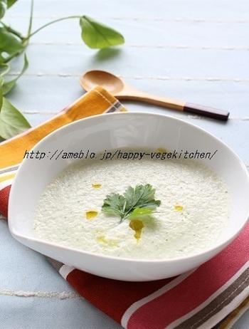 比較的傷みが早いきゅうりは、おすそわけなどで沢山いただいた時にどうやって食べ切ろうか悩みがち。たまにはこんな冷製スープにしてみましょう。意外な美味しさを発見できるかも。