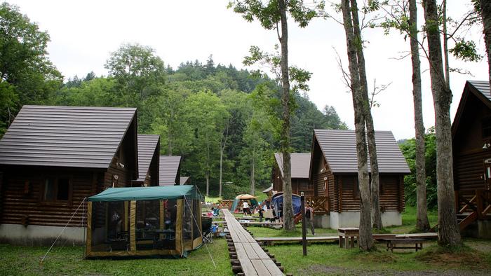 できるだけ自然なキャンプに近いシチュエーションで、でもテントは持っていない、という人にはコテージもおすすめです。