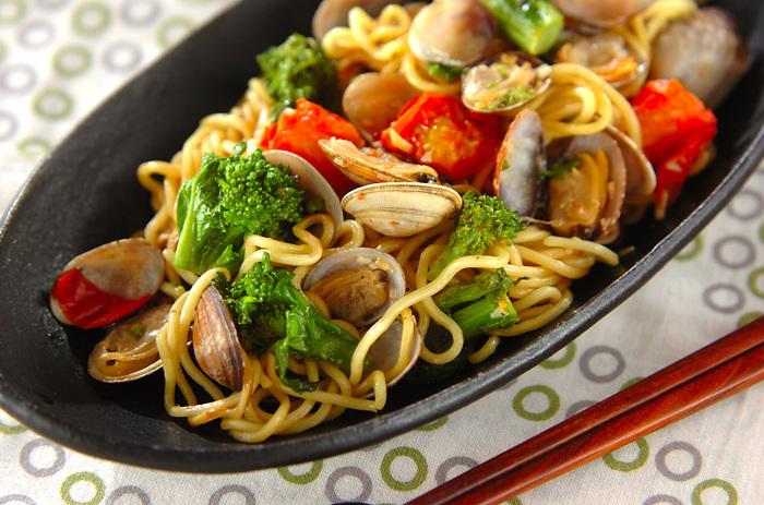 アサリや菜の花、プチトマトを使った色彩も鮮やかなペペロンチーノ風の焼きそばです。オリーブオイルや白ワインを加えることで、焼きそば麺もイタリアン料理に早変わり☆タバスコをかけて、ピリ辛を楽しむのもおすすめです。