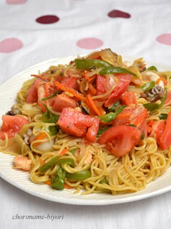 オシャレな食卓を演出したいなら、パスタ風のイタリアン焼きそばに挑戦してみては?ブランチとしてはもちろん、ワインにもぴったりとマッチします。トマトとオイスターソースの相性もGOODです♪