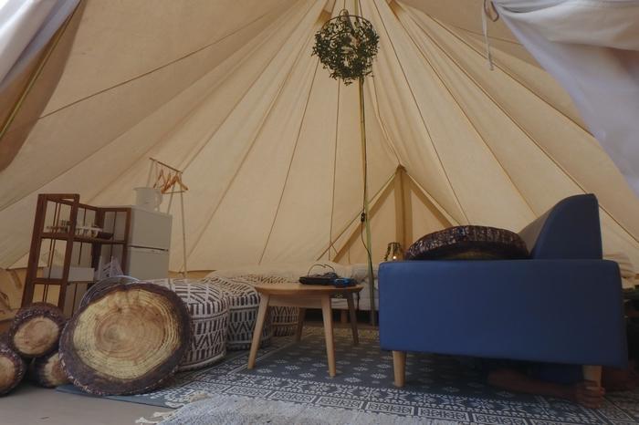 昼間には自然光を柔らかに通すコットン生地のティピーテントの中は、「これこそグランピング!」と嬉しくなるラグジュアリーな空間。足元にはラグが敷き詰められ、ソファやベッド、冷蔵庫も揃って、くつろぐ準備は万端です。「GRAX PREMIUM CAMP RESORT(グラックス プレミアム キャンプ リゾート)京都 るり渓」では、2017年に「キャンピング・ジュニア・スイート」と「キャンパーズ・グランピング・ティピ」の、2つの新しいテントがオープンします。