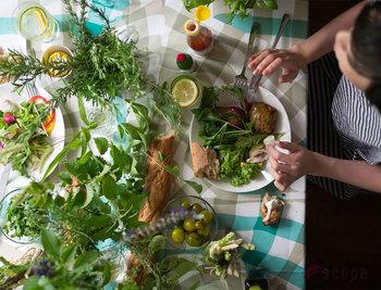 食卓の周りにグリーンを飾れば、自然の中で食事を楽しんでいる気分に。ミントなどハーブ類は香りも良く、料理にも大活躍。 お庭で育てたミントや紫蘇(しそ)が大繁殖したなんて話は良く聞くように、あっという間に増えるお庭のハーブやグリーン。ボリュームたっぷりに飾ってもコストがかからないので思い切った飾り付けもできますね。