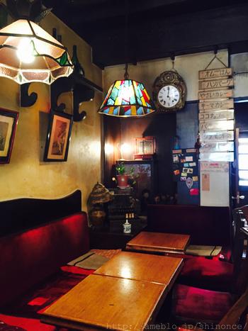 店内は家具や照明、壁にかかったメニューまで昭和レトロな雰囲気。
