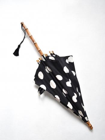 ものづくりの町、蔵前に構える『傳tutaee』が柄から描き起こし製作した日傘。ハンドルはバンブー(竹)を使った、ステッキのような一直線のデザインがお洒落です。