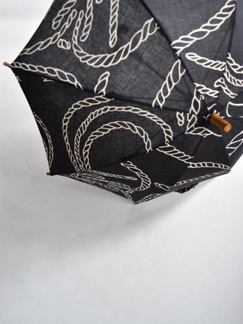 『注染(ちゅうせん)』という、裏表ともに同じ柄に染め上げる技術で作られており、差した内側からもその柄を楽しめるのが特徴。手作業ならではの、1枚1枚の傘の表情の揺らぎも風情がありますね♪
