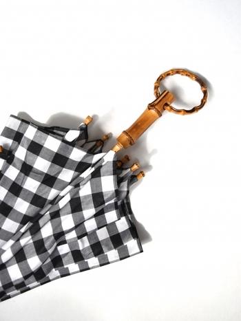 """ブランド名の""""アンキャシェット""""には、フランス語の造語で『こっそり、ひっそり』という意味が込められています。まず目に留まるのは、お洒落なリング型のハンドル。"""