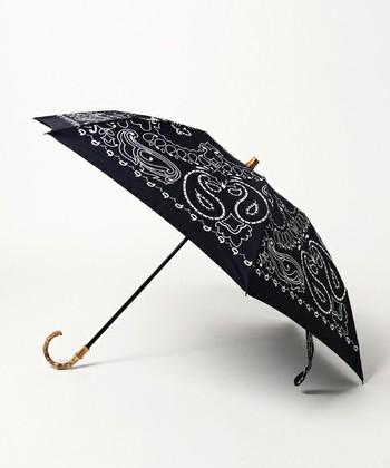 マニプリは、パリのヴィンテージスカーフをこよなく愛するデザイナーがその素晴らしさをたくさんの人へ伝えたいという想いで立ち上げたブランド。スカーフのプリントをそのまま落とし込んだ華やかなデザインが魅力的です。