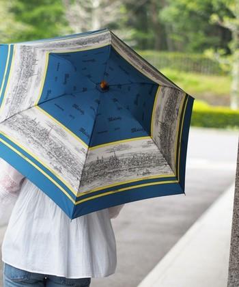 40 年代~ 70 年代ヨーロッパのヴィンテージスカーフを元に、当時の雰囲気を残しつつ表現されたスカーフ柄の傘は、持っているだけでエレガントなアイテム♪