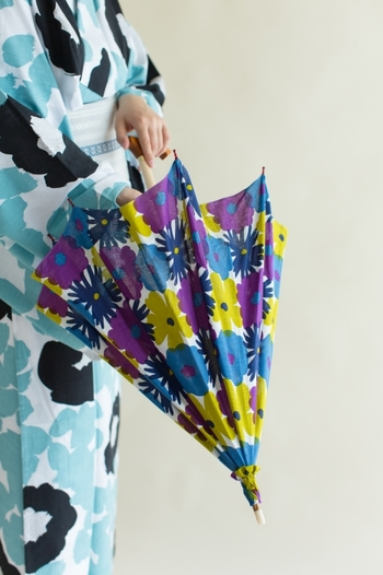 SOU・SOUは日本の季節感を大切にしたオリジナルテキスタイルを製作する京都のブランド。ポップな地下足袋や新しい形の和装など、国内外を問わず人気です。そんなSOU SOUが、京都で帯問屋として創業し今では日本を代表する傘メーカーMOONBATの『月装-TSUKISOU』とコラボレーションし、傘を作りました。