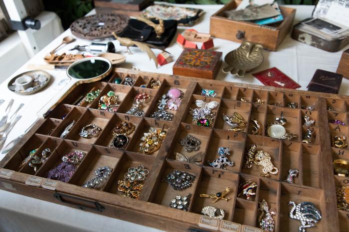 青山通り国連大学前で開催される「青山ウィークリーアンティークマーケット」は、ヨーロッパ調のオシャレな骨董市です。その他、和はもちろんアメリカンビンテージ物も並びます。