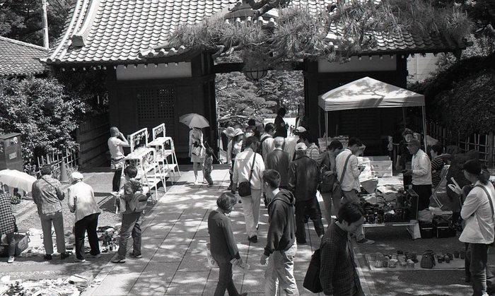 「護国寺骨董市」は、毎月第二土曜日で開催されます。境内で催されるので、参拝とともに立ち寄る人も多いのだとか。