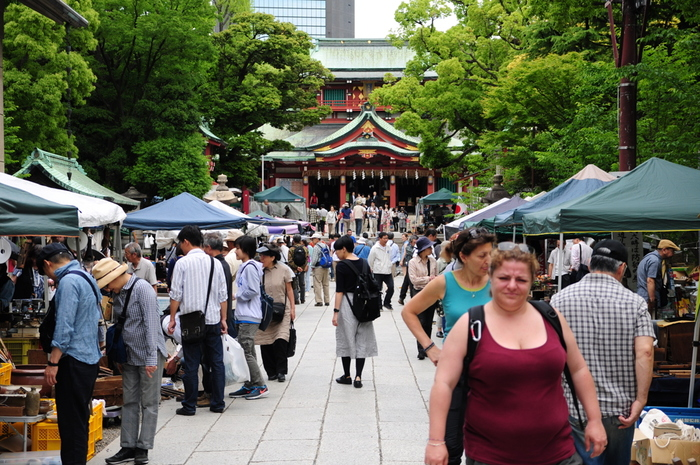 大勢の人が訪れる「富岡八幡宮骨董市」は、書籍や生活雑貨、レトロなファッション雑貨も並びます。農家直売の野菜が売られる事もあるので、見逃さないよう隅まで足を運んでみてはいかがでしょうか。