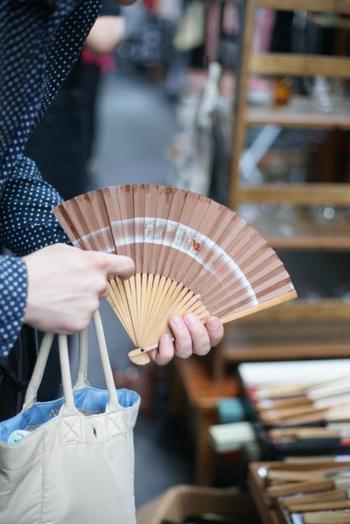 アンティーク着物や小物の出店ブースが多い「大江戸骨董市」。着物姿の方も多く見られます。