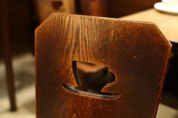 椅子はコーヒーカップの形にくり抜かれた背もたれがキュート。