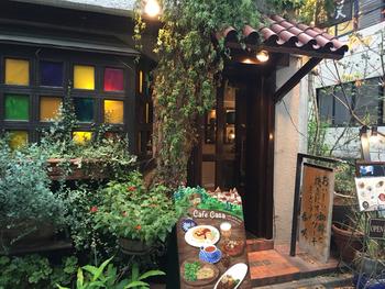 ワタリウム美術館の近くにある「カフェ香咲」。カラフルな窓ガラスや温かい電球の光がまるでおとぎ話の世界のよう。
