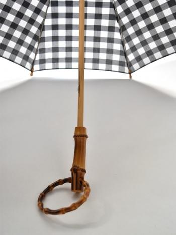 柄の先であるつゆ先から、傘の柄、ハンドルまで全てバンブー(竹)で作られているこだわり。