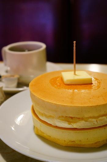 厚みがあるシンプルなホットケーキ。昔ながらの素朴で優しい味わいです。