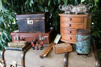 古びたトランクやブリキの缶は置いておくだけでも雰囲気があって素敵ですよね。お部屋のテイストに合うものを探し歩くのも楽しい時間です。
