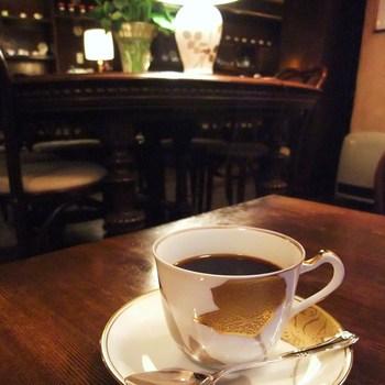 時間がゆったりと流れるレトロな喫茶店。日々の喧騒を忘れて、一杯の珈琲をじっくり味わいたいですね。クラシカルな空間に身を委ねて、至福のひとときをお過ごしください。