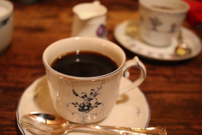 ネルドリップで淹れられた「ブレンドコーヒー」。深煎りの豆を使用し、しっかりとした苦味と香りがのどを通った後も残ります。