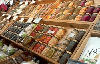 「青山ウィークリーアンティークマーケット」に併設された「ファーマーズマーケット」でのお買い物も楽しみのひとつです。季節の新鮮な野菜や果物、ピクルスなどの加工品が並びます。アンティークマーケットと併せてぜひ訪れたいですね。