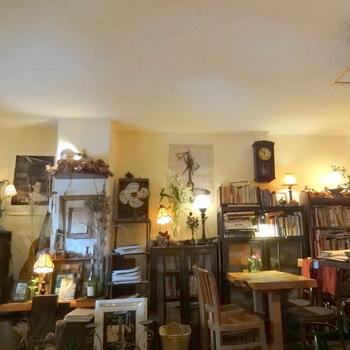 店内には時計やポスター、電気スタンドなど70~90年代の物がたくさん!一つ一つ丁寧に見ていきたくなります。