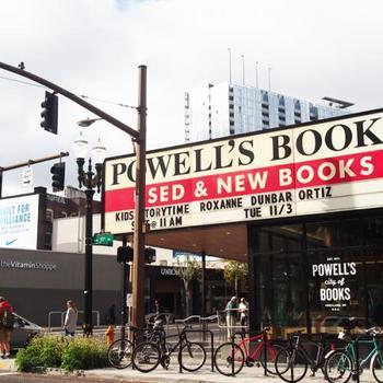新書と中古本が同じ棚に並ぶ、ポートランドの名物ブックショップ。在庫は100万冊以上あり、扱っているジャンルは3500にも及ぶなど、図書館も顔負けの規模を誇ります。
