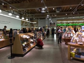 新刊や古本、雑貨など幅広く取り扱っています。店内には、休憩できるカフェも併設されているので、本好きな人は1日中滞在できますよ。