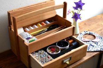 お気に入りの色を集めたソーイングボックスは自分だけの宝箱ですね。素敵なお裁縫道具を揃えて、改めて丁寧にお裁縫する時間をもってみませんか?