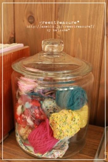 ガラスのキャニスターに色がきれいな糸や毛糸を収納するのも良いですね。