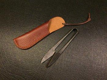 こちらは、和の糸切りバサミ。専用の革のカバーをつけて、刃こぼれしないよう大切に。