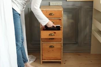 裁縫道具を揃え始めたら困るのが収納。裁縫箱もいいですが、引き出しをひとつ空けて収納するとすっきりしてすぐ使えるので便利です。