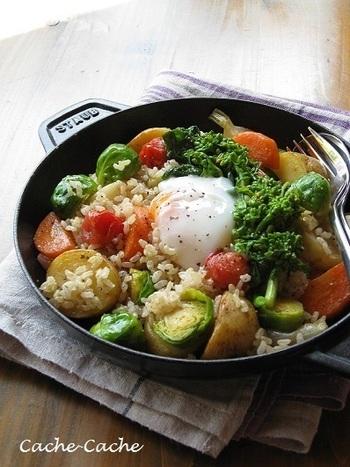 こちらも美肌に良い玄米をつかったホットサラダ。鋳物ホーロー鍋の「ストウブ」でじっくり蒸し焼きした野菜はとっても美味。  味付けはシンプルに塩コショウだけ。それなのに、じんわり身体が喜ぶ美味しさに仕上がります。玄米の代わりに、キヌアを使っても良いですね。