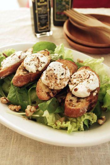フランスの気軽なレストランでお馴染みのメニュー。バゲットに山羊のチーズをのせて、トースターで焼き上げるお手軽レシピです。クルミの食感もたまりません。