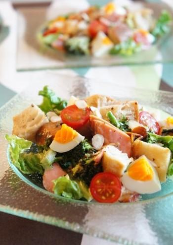 鮭、卵、ブロッコリー、パン、アーモンドスライスを全て一度にトースターにのせて焼き上げる、びっくりお手軽レシピです。  生卵は、水で濡らしたキッチンペーパーでくるんでから、アルミホイルに包んで焼くのがポイント。忙しい朝でも気軽にチャレンジできそうですね。