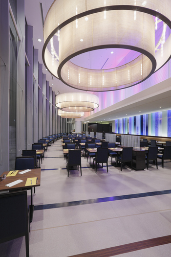 都内最大級のブッフェレストランであり、席数も380席用意されています。カジュアルにゆっくりしたい時や、お子様と一緒の時などにもオススメです。