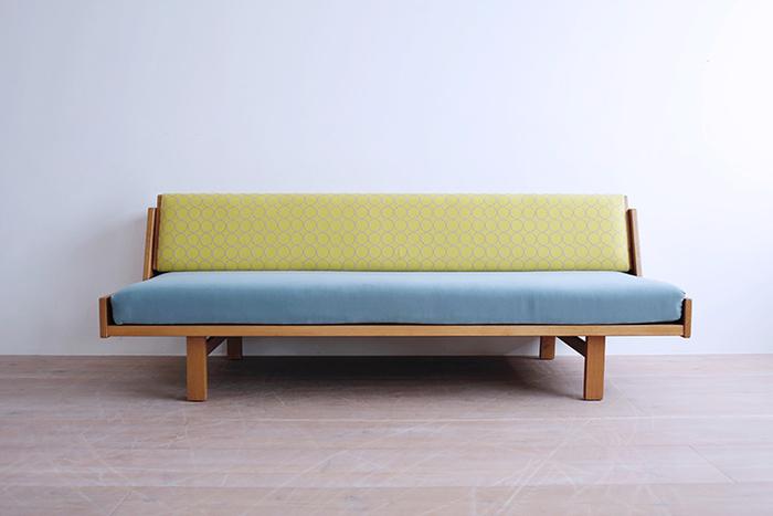 3シーターほどのサイズがあるソファだと、生地の存在感もひときわ。色や柄の組み合わせ次第で、いくつもの表情を見せてくれます。