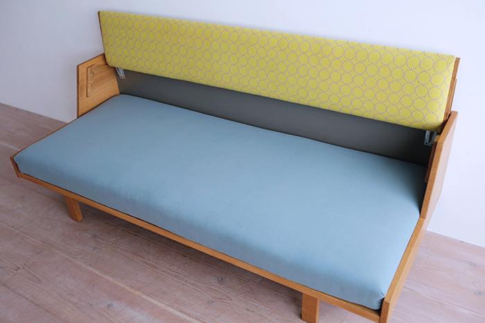 こんなふうに座面が広くなり、デイベッドとして使えます。機能性と美しさが融合したハンス・J・ウェグナーのデザインです。
