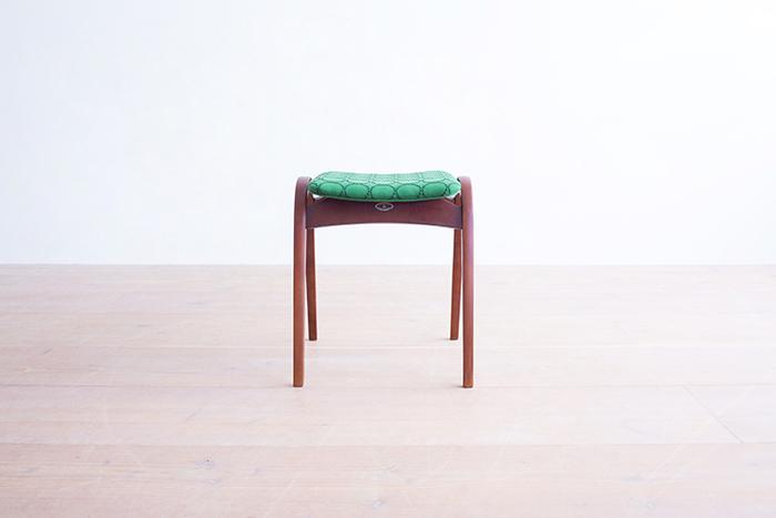 こちらのスツールは、日本で唯一の曲木家具専門ブランド「秋田木工」によるもの。日本におけるインテリアデザイン界のパイオニア、剣持勇氏によるデザインは、1958年に銀座松屋で開催された「アパート生活展」に出品されてからまもなく60年。時を経ても色褪せることのないデザインと機能の魅力が息づいています。