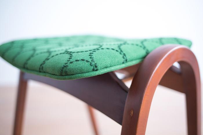 都市生活向けの家具として設計されたこのスツールもスタッキングが可能。家族の数だけ、色違いで揃えたくなりますね。