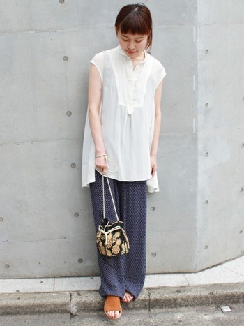 涼しげなブラウス+ワイドパンツのコーデに、パイナップル柄の巾着バッグを合わせた夏らしいコーディネート。テロンとした素材と小ぶりの巾着バッグでトレンド感溢れるカジュアルコーデの完成です。